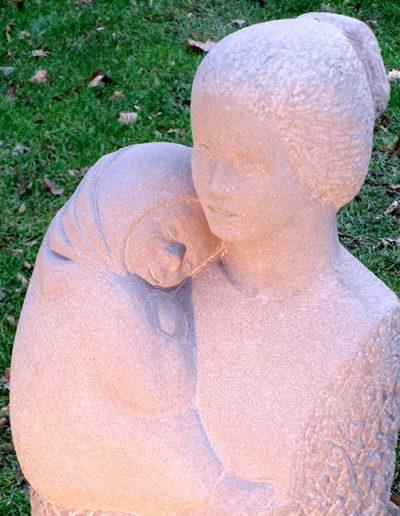 Mutter mit Kind Sandstein